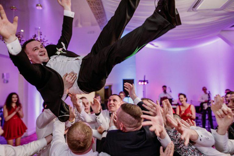 Adrian sie żeni